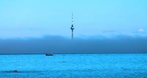 Torre da tevê na névoa Imagens de Stock Royalty Free