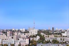 Torre da tevê no tempo do meio-dia contra o céu azul do outono Fotos de Stock Royalty Free
