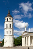 Torre da torre de sino de Vilnius e fragmento da catedral Imagem de Stock Royalty Free