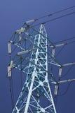 torre da transmissão da Aço-estrutura contra o céu profundo-azul Fotos de Stock Royalty Free