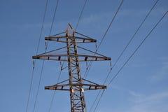 Torre da transmissão de energia no fundo do céu azul imagens de stock