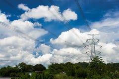 Torre da transmissão de energia sob o céu ensolarado Imagem de Stock