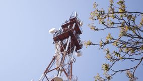 Torre da transmissão em Sunny Summer Day video estoque