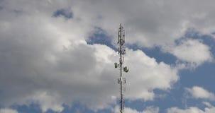 Torre das antenas contra o céu azul e as nuvens brancas filme