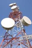 Torre das comunicações com as antenas imagem de stock