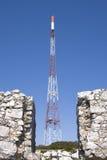 Torre das comunicações com suas antenas fotografia de stock royalty free