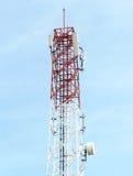 Torre das telecomunicações com antena parabólica Fotos de Stock