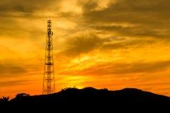 Torre das telecomunicações com céu do por do sol Fotografia de Stock Royalty Free