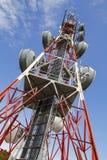 Torre das telecomunicações de encontro ao céu azul Fotos de Stock Royalty Free