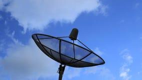 Torre das telecomunicações e o céu video estoque