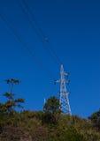 Torre das telecomunicações A grande torre da transmissão contra a transmissão do céu eleva-se na torre de comunicação das montanh Imagens de Stock Royalty Free