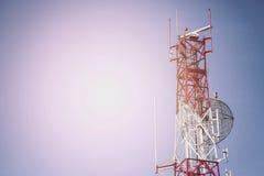 A torre das telecomunicações instala o equipamento de comunicação para o sinal enviado à cidade, rede na cidade, indústria das te imagens de stock royalty free