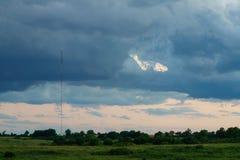 Torre das telecomunicações no mau tempo Imagem de Stock Royalty Free