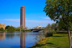 Torre de塞维利亚和puente Cachorro塞维利亚 库存照片