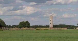 Torre de água com os tijolos no campo contra o céu filme