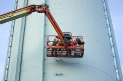 Torre de água com trabalhadores da manutenção Fotos de Stock Royalty Free