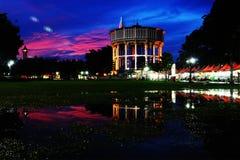 Torre de água da noite Fotografia de Stock Royalty Free