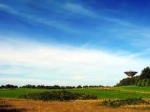 Torre de água no campo Fotos de Stock Royalty Free