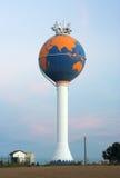 Torre de água pintada como o globo (antenas na parte superior) Imagens de Stock Royalty Free