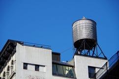 Torre de água urbana da parte superior do telhado Imagens de Stock