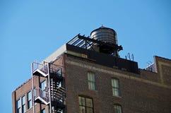 Torre de água urbana e céu azul Foto de Stock