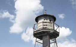 Torre de água velha de encontro ao céu azul Fotografia de Stock