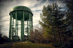 Torre de água velha verde alta Fotografia de Stock