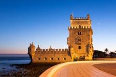 贝拉母塔- Torre de贝拉母在晚上在里斯本,葡萄牙 免版税库存图片