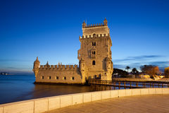 Torre de贝伦塔在夜之前在里斯本 库存照片