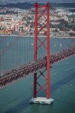 torre de 25 de Abril Bridge en Lisboa Fotos de archivo libres de regalías