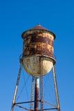 Torre de agua aherrumbrada Fotografía de archivo