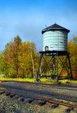 Torre de agua al lado de vías del tren fotografía de archivo