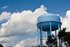 Torre de agua azul bajo los cielos nublados Fotografía de archivo