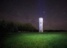 Torre de agua contra el cielo nocturno Imagen de archivo