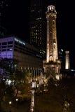 Torre de agua de Chicago en la noche Imagen de archivo