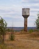 Torre de agua del metal en el campo Fotos de archivo libres de regalías