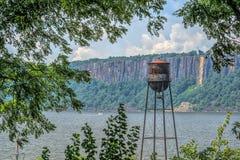 Torre de agua del vintage en Hudson River Fotografía de archivo libre de regalías