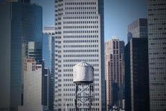Torre de agua en el distrito financiero New York City de Manhattan Foto de archivo libre de regalías