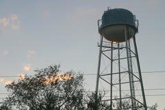Torre de agua en la puesta del sol Imagenes de archivo