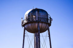 Torre de agua en los caminos de América fotos de archivo