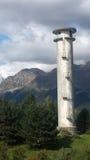 Torre de agua en una colina verde imagenes de archivo
