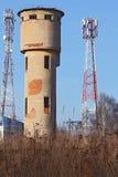 Torre de agua entre dos antenas Foto de archivo libre de regalías