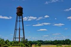 Torre de agua industrial vieja abandonada Fotos de archivo libres de regalías