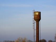 Torre de agua oxidada abandonada Imágenes de archivo libres de regalías