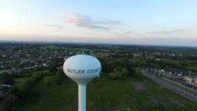 Torre de agua suburbana aérea de Ohio firmemente almacen de video