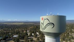 Torre de agua torcida del rancho del río almacen de metraje de vídeo