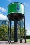 Torre de agua vieja en Toronto con el logotipo de la marca de la cerveza del silbido de vapor Imagen de archivo libre de regalías