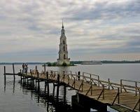 Torre de alarma ahogada en Kalyasin, Rusia Imagen de archivo libre de regalías