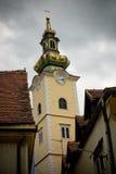 Torre de alarma vieja con el reloj en calles estrechas Fotos de archivo
