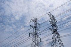 Torre de alta tensão com céu azul e nuvem imagens de stock